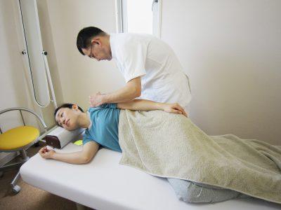 肩甲骨の指圧