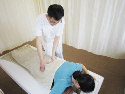 腰部の指圧